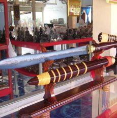 พิพิธภัณฑ์ดาบเหล็กน้ำพี้ แหล่งทำดาบกษัตริย์ไทย ชมดาบน้ำพี้ใหญ่สุดในโลก